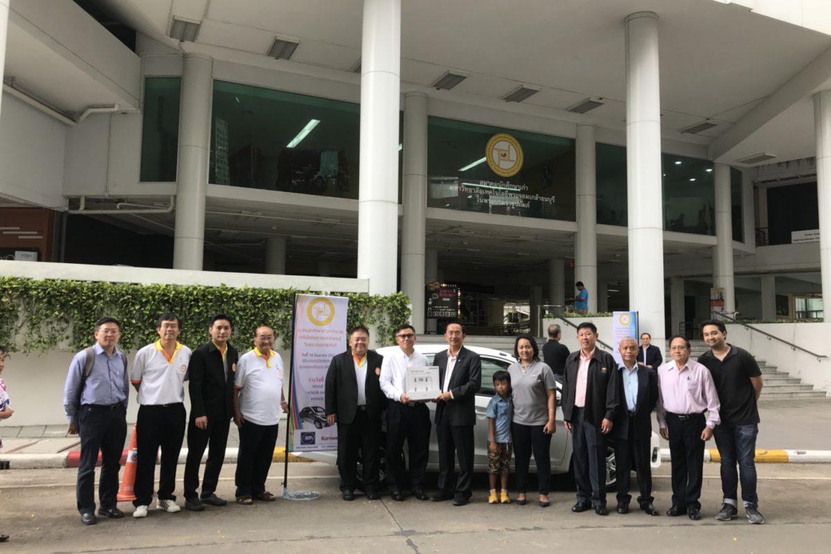 ท่านนายกสมาคมและคณะกรรมการมอบรถยนต์ให้กับผู้ถูกรางวัลสลากกาชาดไทย ปี 2561
